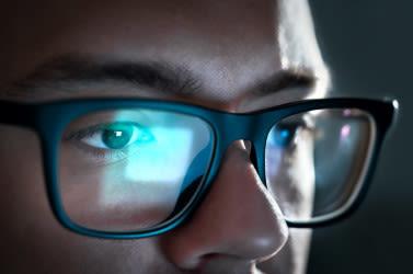 Mann, der Blaulicht-Computerbrille trägt