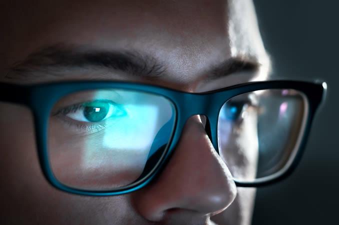 Homem, óculos computador, olhar um monitor computador.