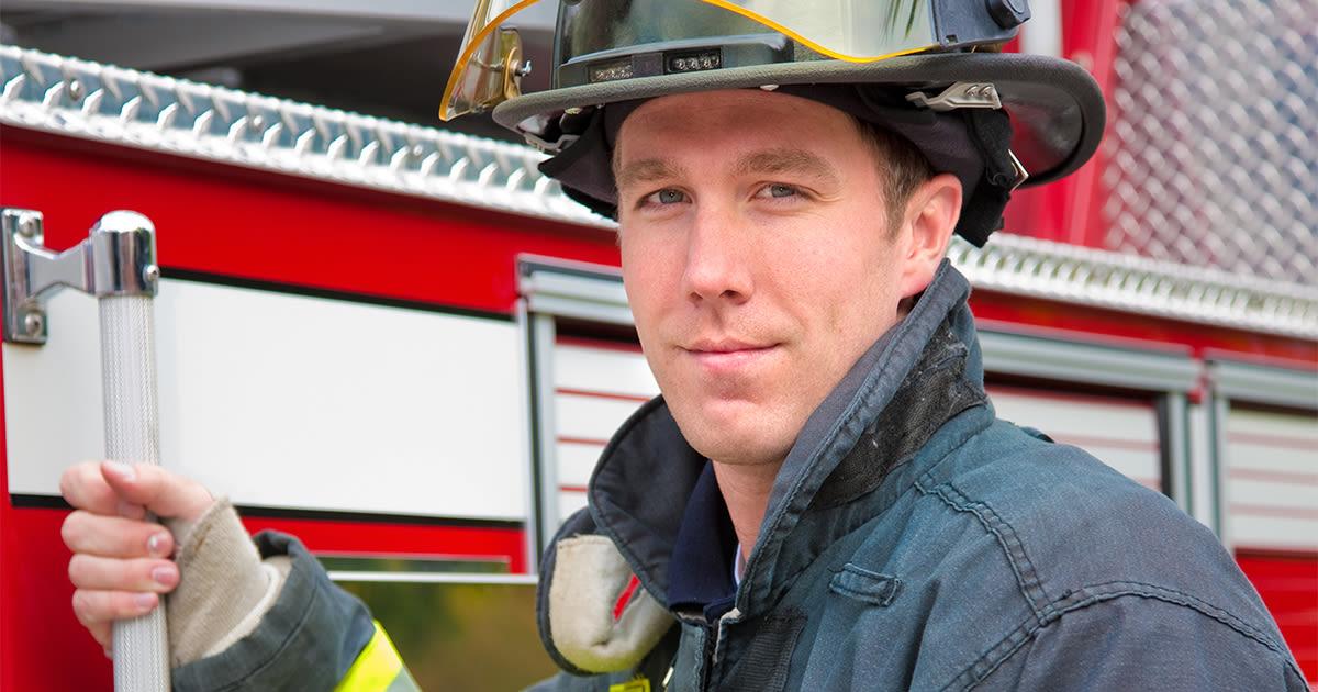bombero con lentes de contacto de hidrogel de silicona