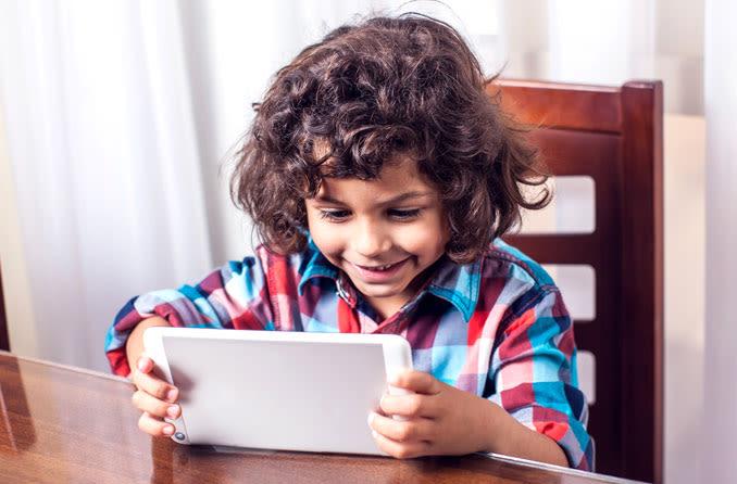 Bir çocuk ekran zamanından hoşlanır