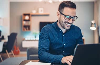 bilgisayar başında gözlüklü adam