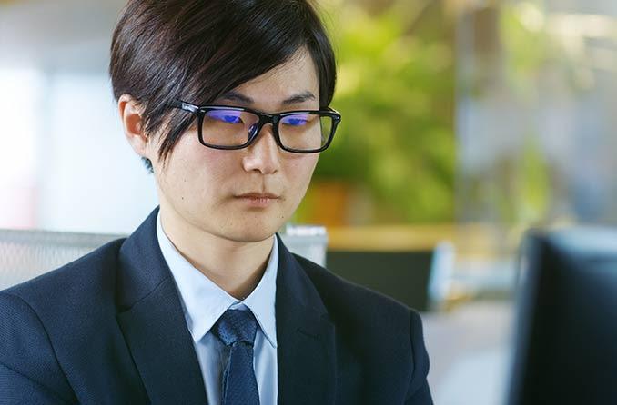 眼鏡をかけている男コンピューター眼鏡