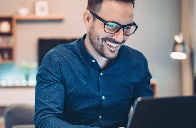 Человек в очках компьютерные очки