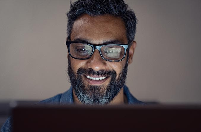 رجل يرتدي نظارات على الكمبيوتر