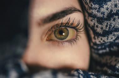 Frau mit gelben Augenlidern