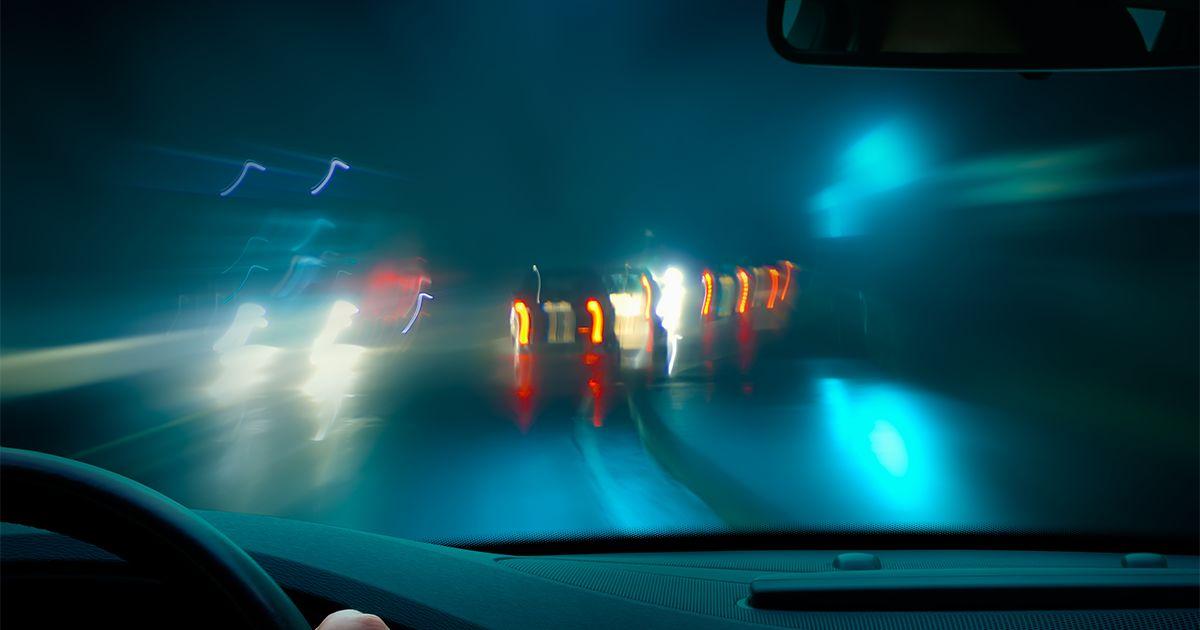 dirigindo em uma noite chuvosa