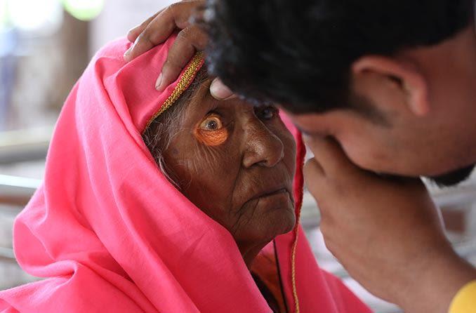आंखों की जांच करवाती महिला