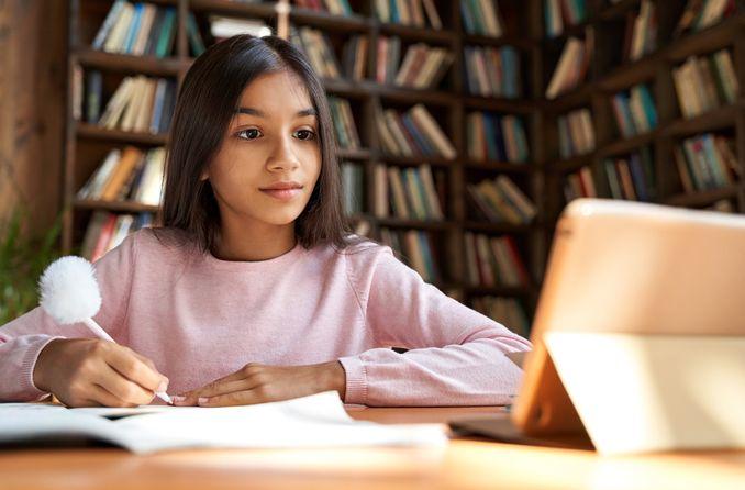 Bir çocuk okula teknolojiyi kullanarak gider
