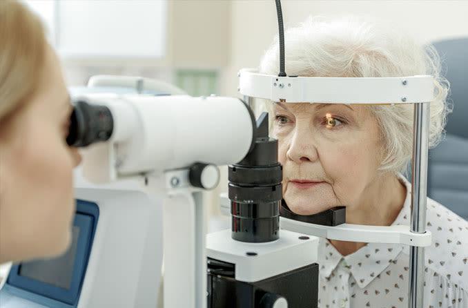 Пожилая женщина проходит ежегодный осмотр зрения
