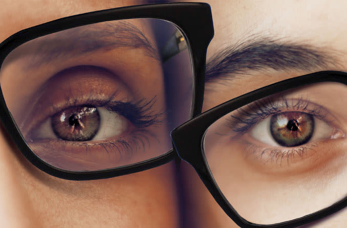 Homem e mulher usando os mesmos óculos