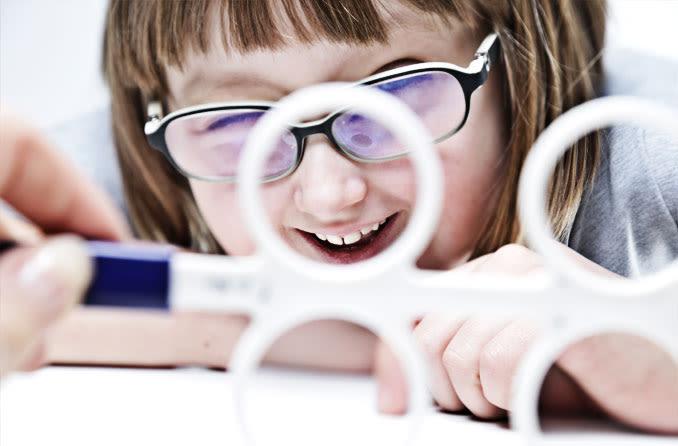 Una niña usando terapia de visión