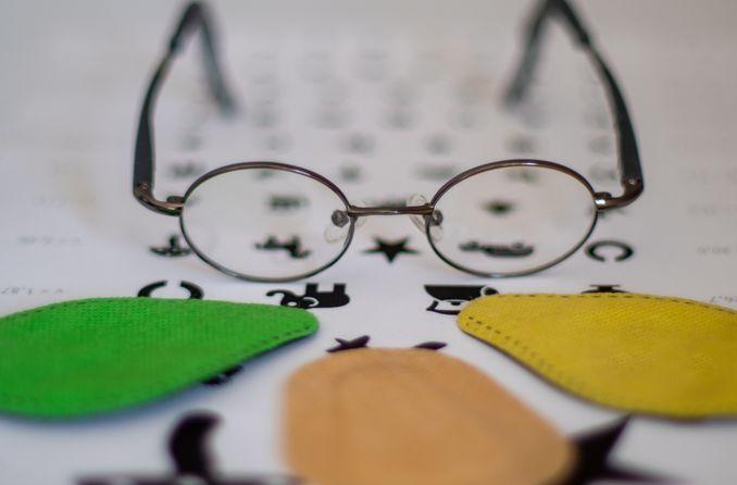 दृष्टि चिकित्सा का उपयोग करने वाला बच्चा