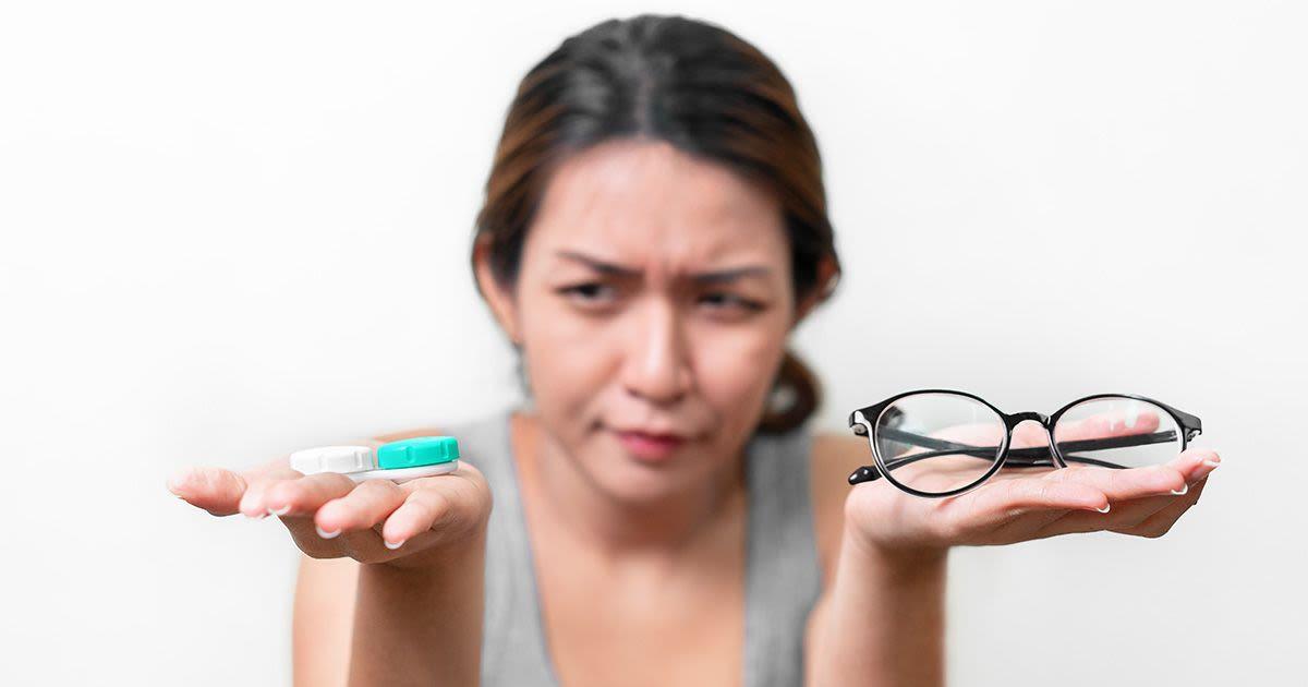Mujer decidiendo entre anteojos y lentes de contacto
