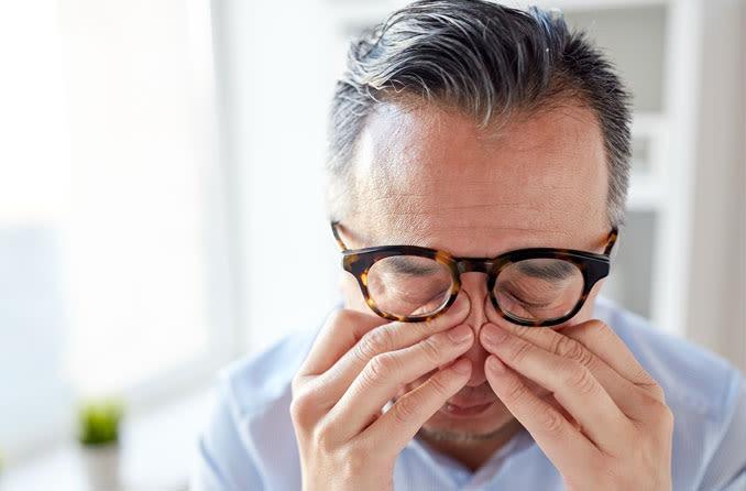 Hombre estremecido debido al dolor en el ojo