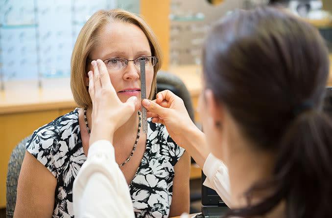 Mujer obteniendo su distancia pupilar medida