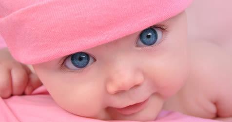 bebe con ojos azules