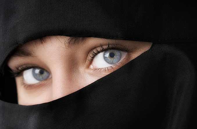 امرأة ذات عيون زرقاء