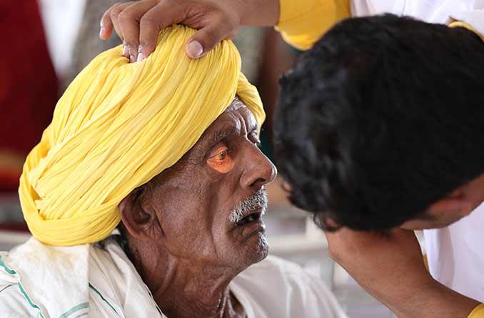एक आँख परीक्षा के दौरान रोगी