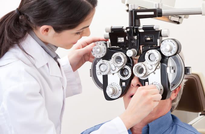 пациент во время проверки зрения patsiyent vo vremya proverki zreniya