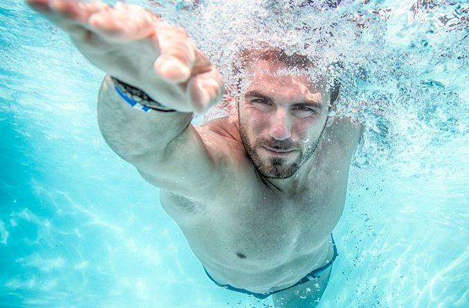 Hombre nadando con contactos