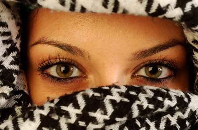 امرأة ذات عيون خضراء