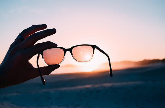 óculos de sol ao pôr do sol