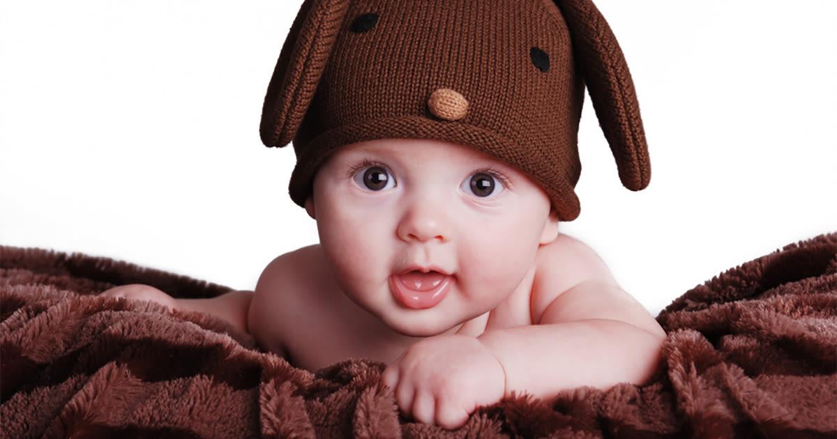 Bebê com olhos castanhos