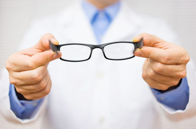 optometrista dando anteojos nuevos
