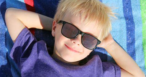 Garçon portant des lunettes de soleil