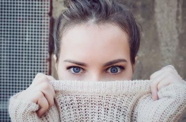 Mädchen mit Amblyopie (Schwachsichtigkeit)