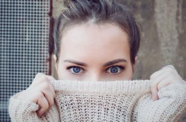 Девушка показывает свой ленивый глаз