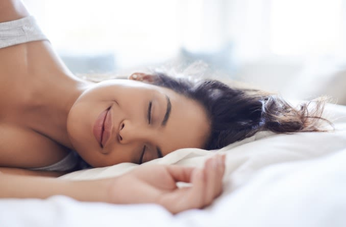 रात के उपयोग के लिए कॉन्टैक्ट लेंस पहनने वाली महिला सो रही है