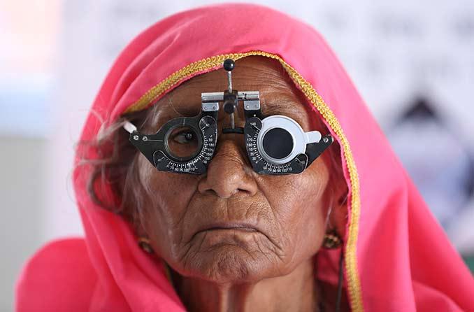 आंखों की जांच करवा रही बुजुर्ग महिला