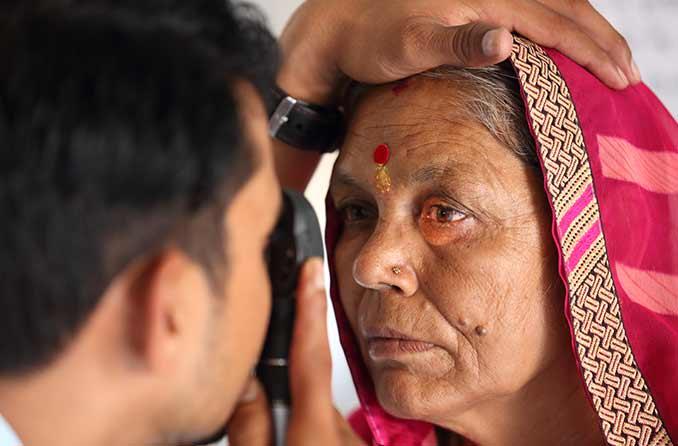 आंखों की जांच के दौरान बड़ी महिला