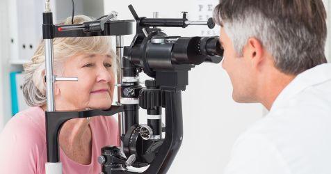 femme plus âgée lors d'un examen de la vue