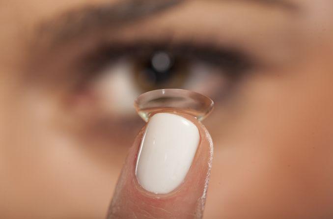 bir kadın yumuşak kontakt lensine önem veriyor