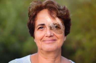 Katarakt ameliyatı sonrası iyileşen kadın