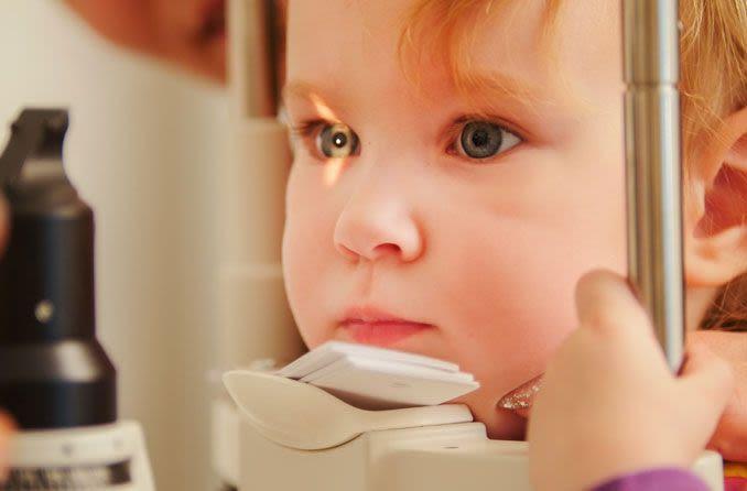 Kind erhält Myopie-Screening-Untersuchung