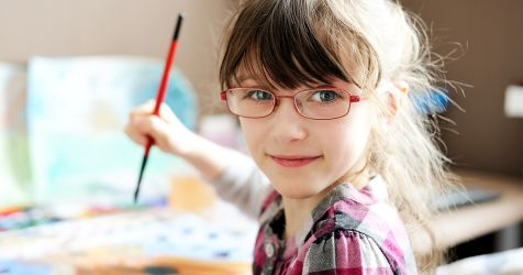 Enfant d'âge préscolaire portant des lunettes