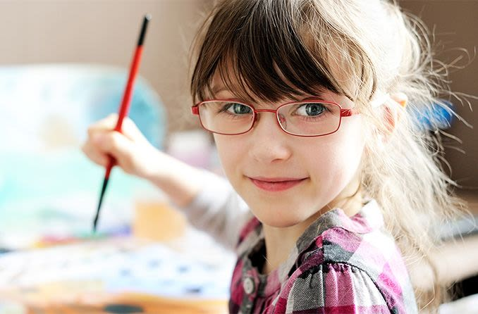 Pré-escolar, menina, desgastar, óculos, enquanto, quadro