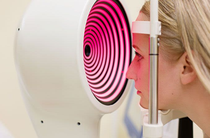 Femme prenant un test de kératocône