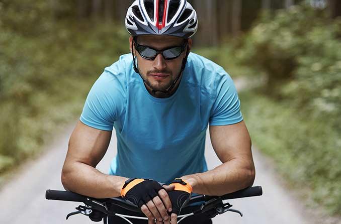 راكب الدراجة الذكر يرتدي نظارات واقية