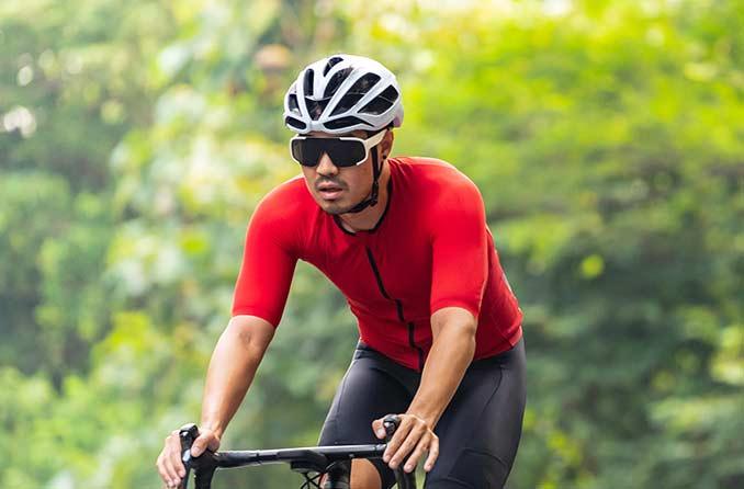 保護眼鏡をかけた自転車