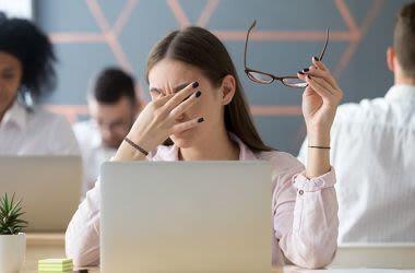 Mujer con problemas de visión debido al estrés