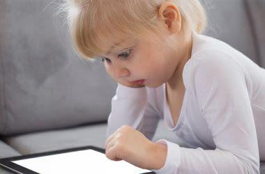 Crianças usando comprimidos