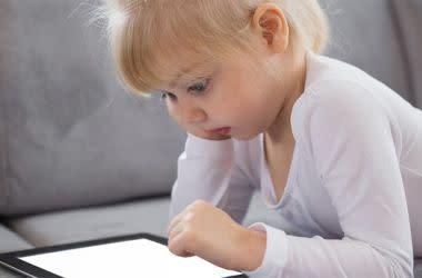 Kind verwendet Computer-Tablet