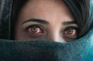Pembe gözlü kız