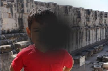 رؤية الطفل مشوهة بسبب آثار حالة التنكس البقعي المرتبط بالعمر