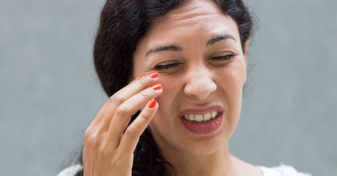 woman experiencing contact lens discomfort