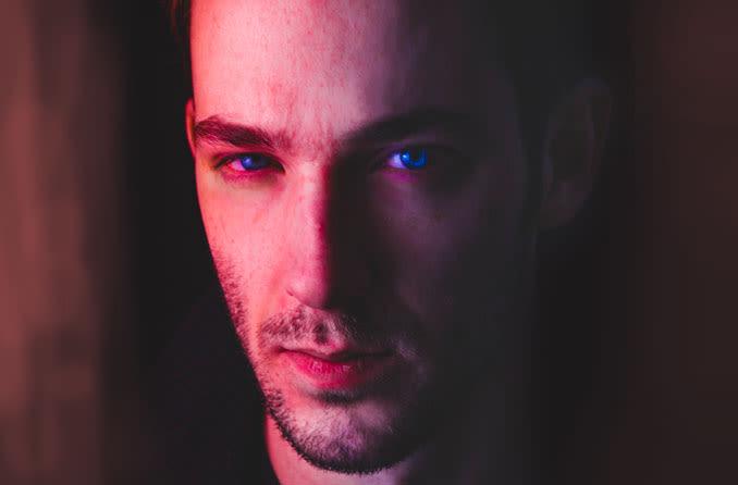 Homem com olhos irritados secos e vermelhos